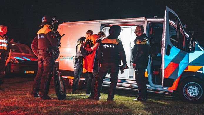Het begon gezellig in het Arenapark in Nijkerk, maar nadat de drank rijkelijk had gevloeid, liep het toch uit de hand. Gevolg: een ravage in het park en twee arrestaties.