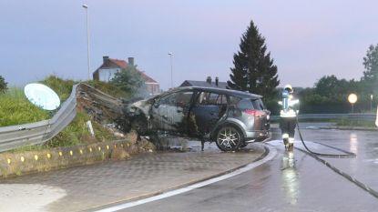 Auto vat vuur na knal tegen rotonde