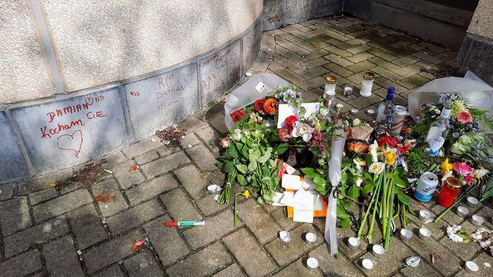 Er liggen bloemen, kaarsen en boodschappen op de plaats waar Damian is gestorven.