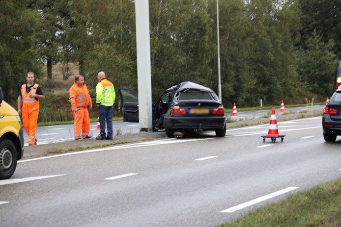 Schade aan auto na klap tegen verkeerspaal in Schaijk.