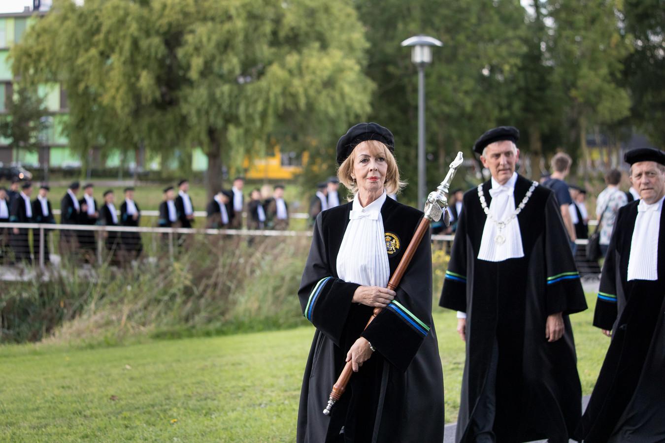 De opening van het academisch jaar in Wageningen een jaar geleden, met rechts naast de pedel rector magnificus Arthur Mol.