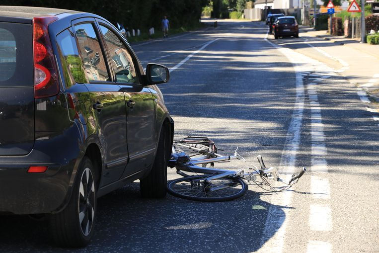 De fiets belandde onder de wagen.