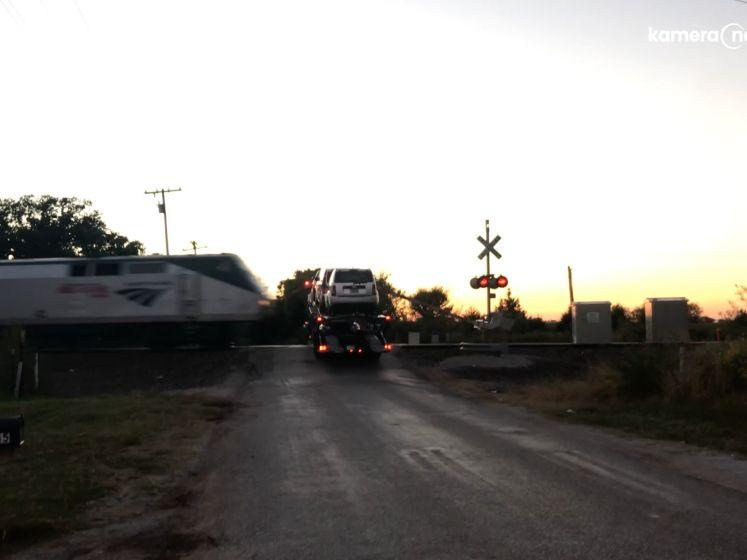 Vrachtwagen komt vast te zitten op sporen, trein kan niet meer stoppen