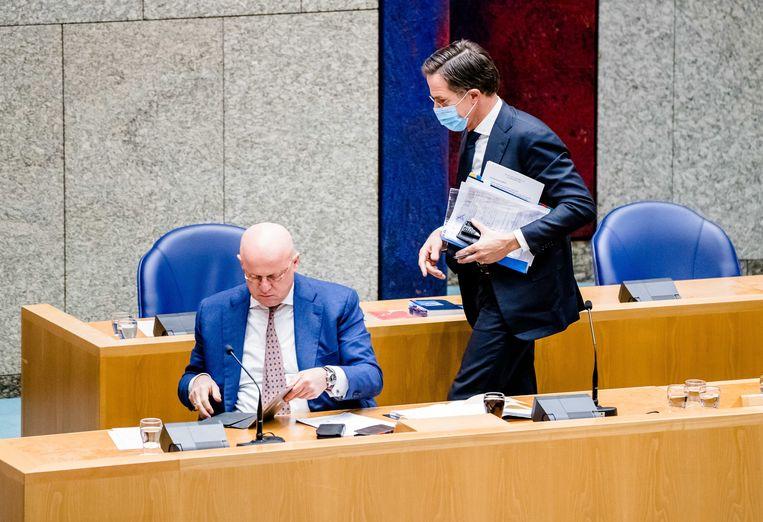 Demissionair Minister Ferdinand Grapperhaus van Justitie en Veiligheid (CDA) en demissionair premier Mark Rutte het debat over de aangekondigde verlenging van de avondklok. Beeld ANP