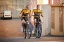 Robert Gesink (l) en Steven Kruijswijk van Jumbo Visma op Swapfietsen.
