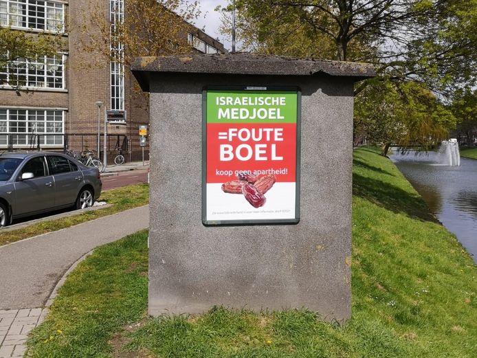 Op de posters wordt opgeroepen geen dadels uit Israël te kopen.