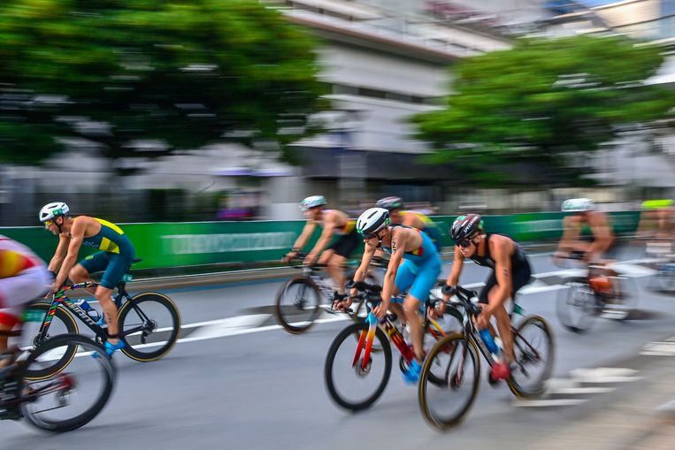 Marten Van Riel (nummer 27) in actie tijdens de triatlon in Tokio. Beeld Photo News