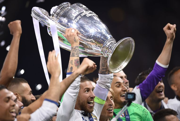 Real Madrid captain Sergio Ramos lifts the trophy after Real Madrid won the UEFA Champions League final football match between Juventus and Real Madrid at The Principality Stadium in Cardiff, south Wales, on June 3, 2017. / AFP PHOTO / Filippo MONTEFORTE Beeld null