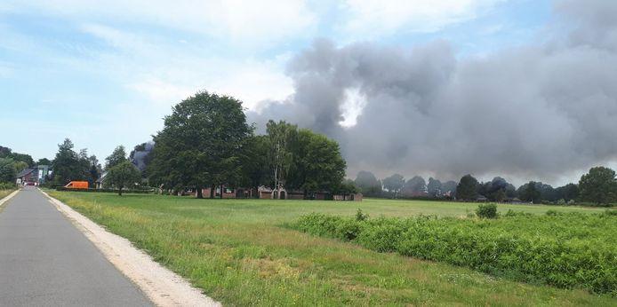 De brand in Halle is van ver te zien.