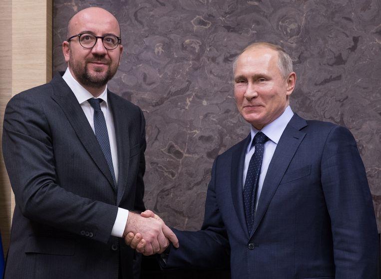 Charles Michel schudt de hand van Vladimir Poetin, eind januari.  Beeld BELGA