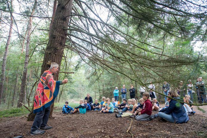 'Het Bos dat van Zichzelf is' wordt officieel gepresenteerd. 'Bomenherder' Paul Akkerman leidt de ceremonie.