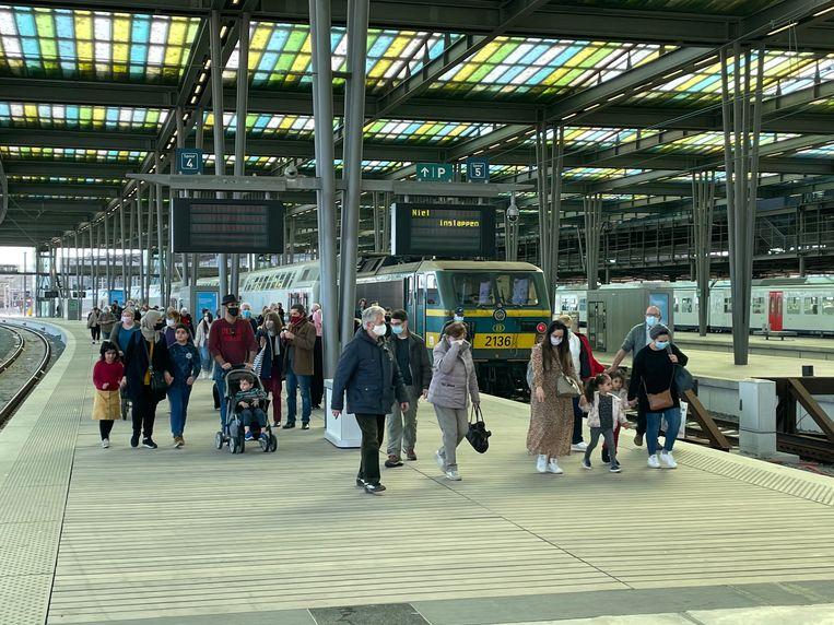 Een beeld van twee weken geleden, toen het onverwacht druk was in het station van Oostende.  Beeld LBB