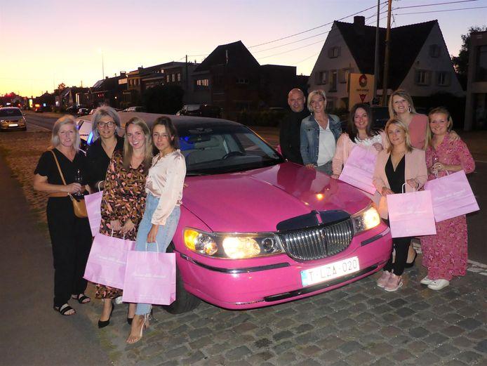 Ruben Van der Eecken en Latoya Grijp van Precious Little Diamonds met de eerste passagiers bij de roze limousine.