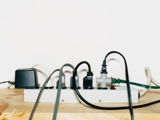 Hoeveel verbruikt een oplader of televisie die altijd in het stopcontact zit?