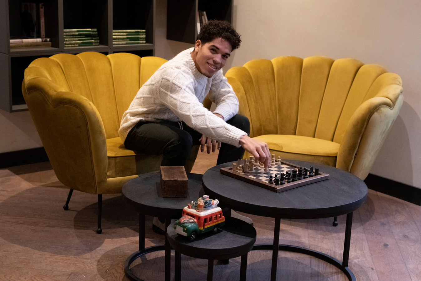 Julian van Stee met schaakbord.
