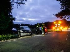 Auto schiet uit oprit: Twee fietsers geschept in Putten