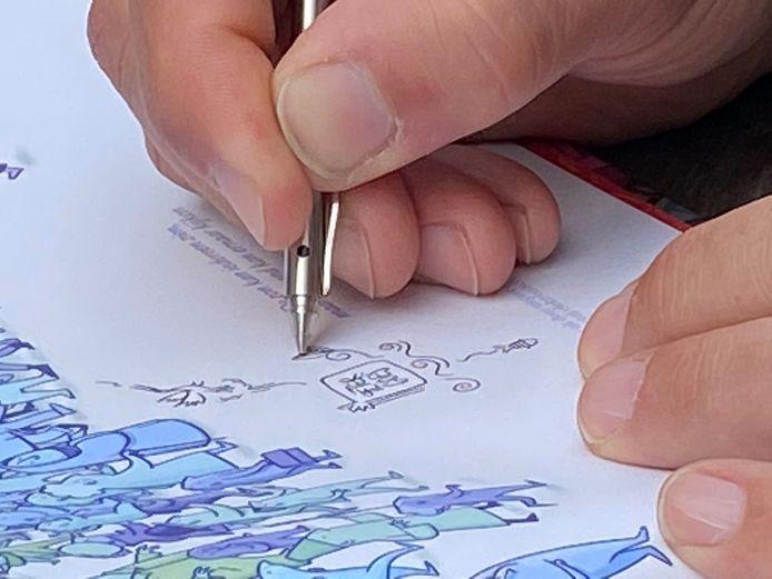 Als Peter Goes signeert, is dat meteen een extra kunstwerkje in het boek