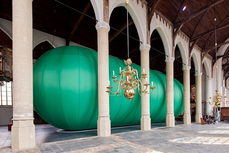 De stadscocon van Florentijn Hofman in de Sint Janskerk in Schiedam. Beeld  Aad Hoogendoorn