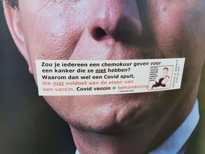 Close-up van de sticker over de poster van de SGP in Kruiningen