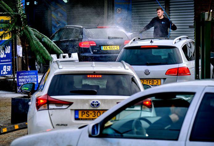 Flinke drukte bij wasstraat De Walvis na de vorstperiode, auto's zijn erg vies door pekel.