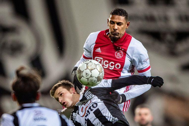 Sébastien Haller kopt de bal in het duel van Ajax tegen Heracles. De spits is sinds zijn terugkeer in de eredivisie zeer succesvol in kopduels.   Beeld Guus Dubbelman / de Volkskrant
