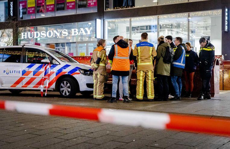 Politie in de Grote Marktstraat in Den Haag. Bij een steekpartij zijn drie tieners gewond geraakt.