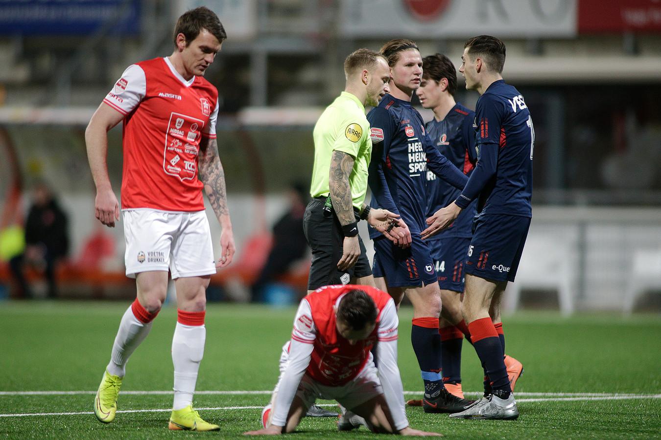 Sander Vereijken (rechts) kan het niet geloven, maar scheidsrechter Nick Smit legt de bal toch echt op de stip.