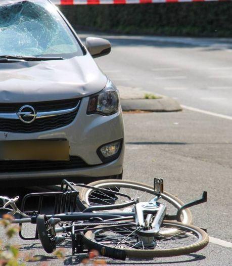 Jongen geschept door auto in Apeldoorn, moet zwaargewond naar het ziekenhuis