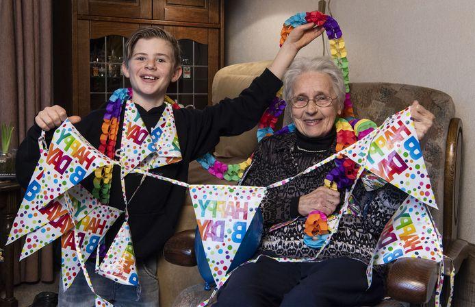 Oma Minny en kleinzoon Pepijn worden samen 100 jaar. Na een jaar van afzien een klein lichtpuntje dat ze helaas met hun tweetjes moeten vieren.