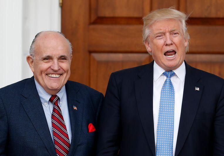 """Giuliani en Trump in """"betere tijden"""", kort nadat Trump tot president verkozen werd in november 2016. Beeld"""