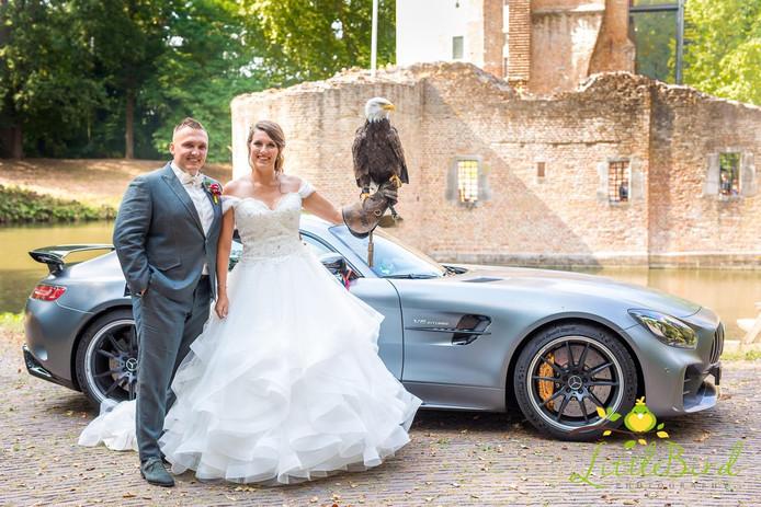 Tom en Maaike Boon trouwden op woensda8 8-8 kin Kasteel Duurstede, maar de zeearend waar ze mee poseren op de foto, is de ringen verloren.