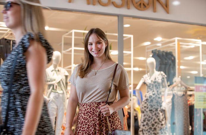 Lisa Keijzer wil jongeren oproepen om minder kleding te bestellen online.