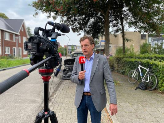 Burgemeester René Verhulst voor de camera van De Gelderlander. Hij neemt maatregelen naar aanleiding van de vele autobranden in 'zijn' Ede.