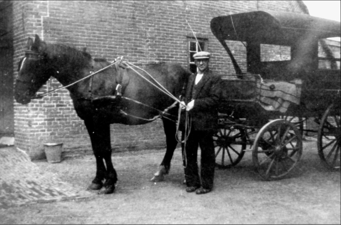 Knelis Terlouw bij zijn paard en wagen die diende als taxi tijdens de Tweede Wereldoorlog.