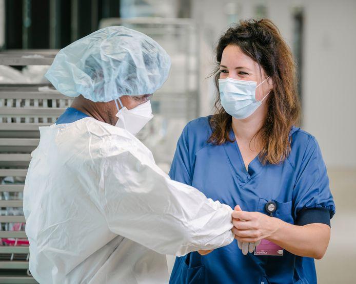Twee medewerkers die op de corona-afdeling van het Antonius ziekenhuis in Nieuwegein werken.