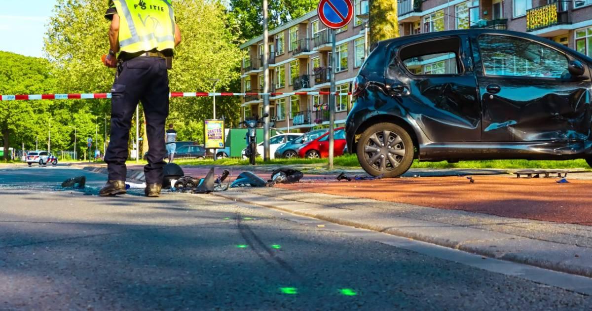 Motorrijder gewond bij ernstige aanrijding in Enschede, weg volledig afgesloten.