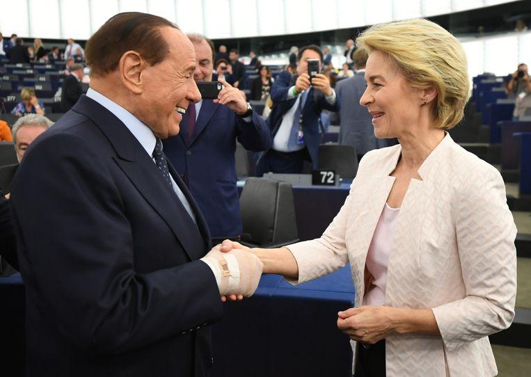 Silvio Berlusconi feliciteert Von der Leyen na de stemronde.  Beeld EPA