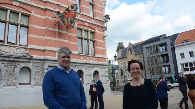 Bewegende vlinder van kunstenares Marijke Meersman siert gevel van historisch gemeentehuis