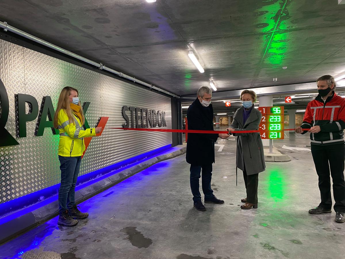 Schepen Annick De Ridder mocht het lintje doorknippen waarmee de parking officieel werd geopend