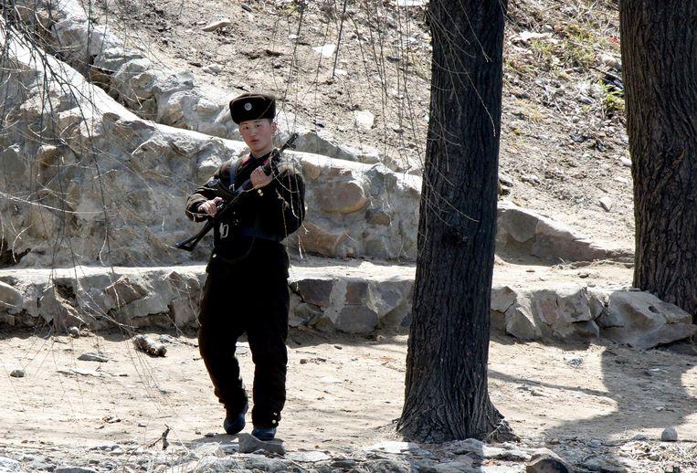 Een Noord-Koreaanse soldaat patrouilleert langs de grensrivier bij de stad Sinuiju. Beeld AP