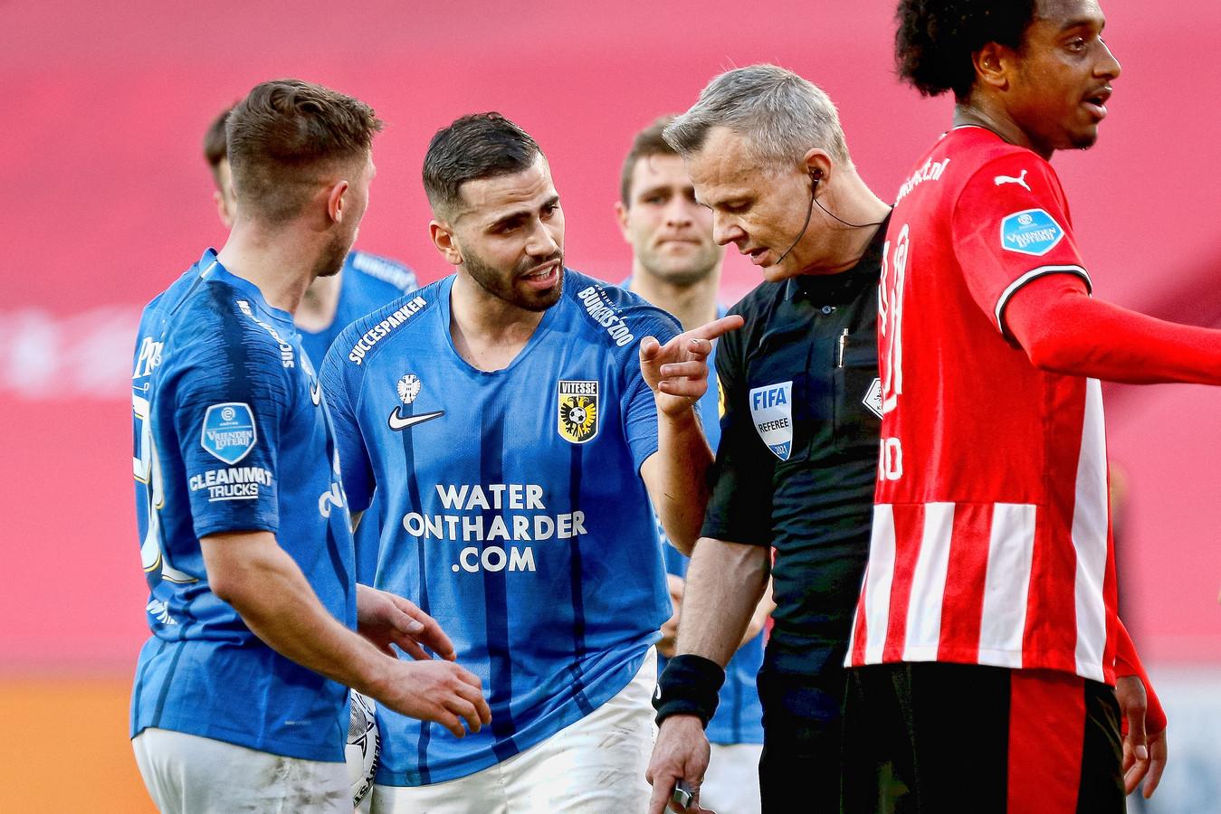 Discussie tussen Tannane en arbiter Kuipers. Na overleg met de VAR wordt de strafschop van Vitesse ingetrokken.