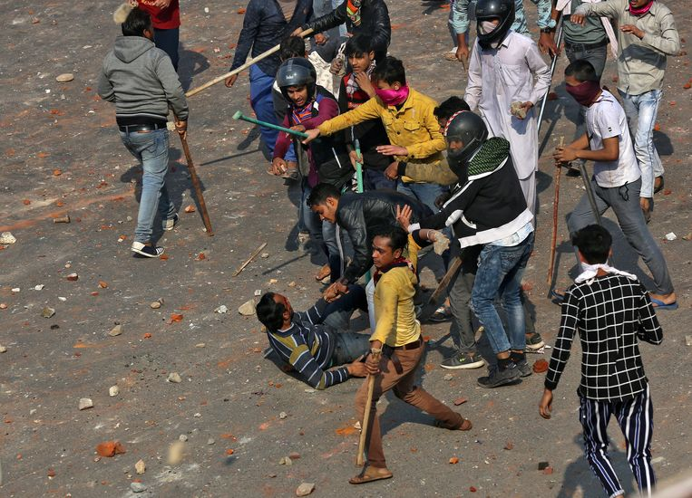 Een confrontatie tussen voor- en tegenstanders van de nieuwe burgerschapswet in New Delhi, India.  Beeld Danish Siddiqui / Reuters