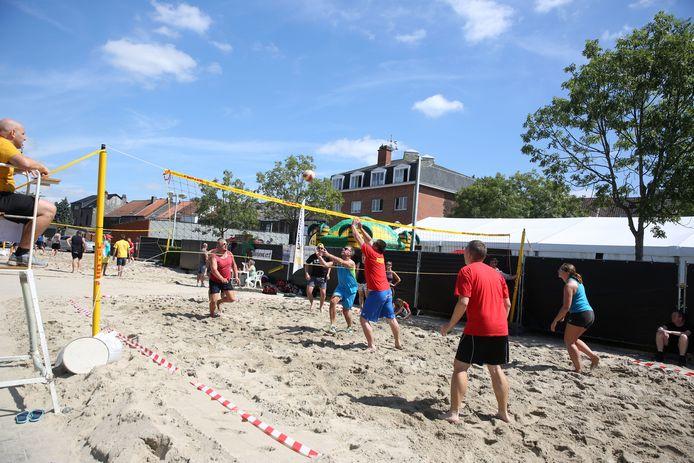 Lembeek Beach wordt elk jaar georganiseerd op het de parking van het station van Lembeek.