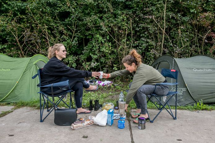 Festivalbezoekers ontwaken op de camping tijdens de eerste dag van de 27e editie van muziekfestival A Campingflight to Lowlands Paradise.