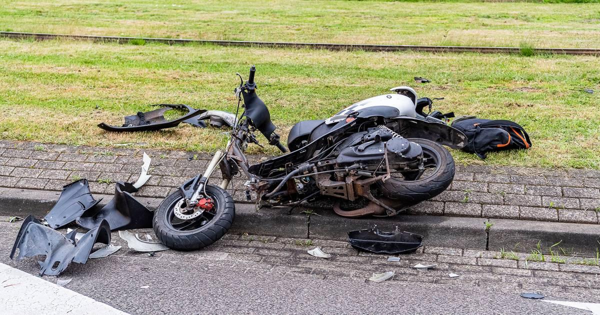 Scooterrijder gewond bij botsing met auto in Tilburg.