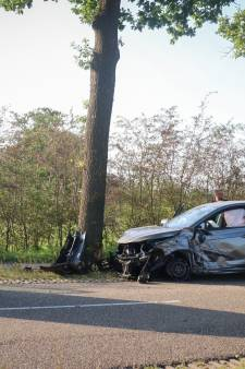 Auto knalt tegen boom in Renswoude