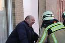 Bewoner Johan Becuwe in gesprek met de brandweer.
