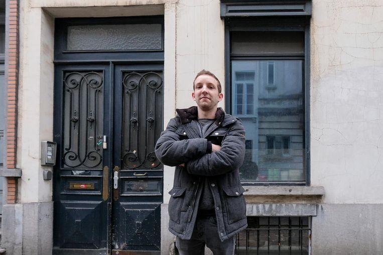 Vincent Pepermans voor zijn huis in de Napelsstraat, waar de aflevering gedraaid werd.