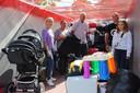 Elisa Dhont (links) samen met enkele helpers, in de container die in Kleit gevuld wordt met hulpgoederen.