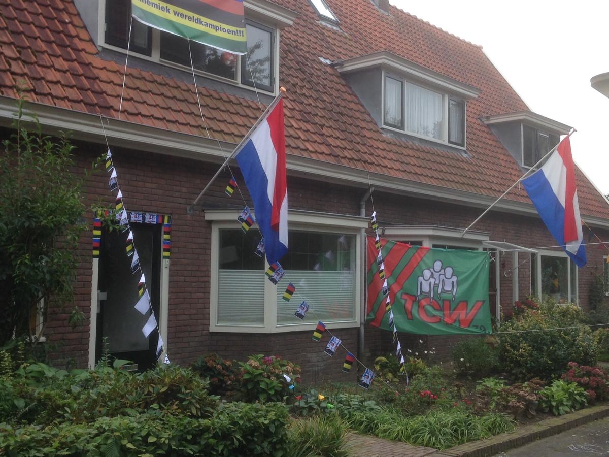 Het versierde huis van Annemiek van Vleuten na een van haar wereldtitels.